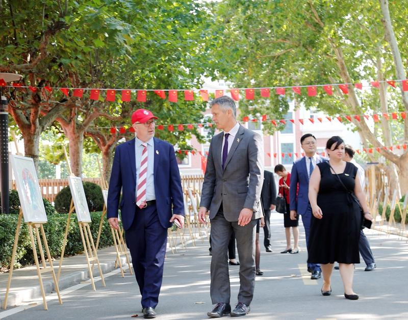 历山双语学校迎来海外教育中心代表团